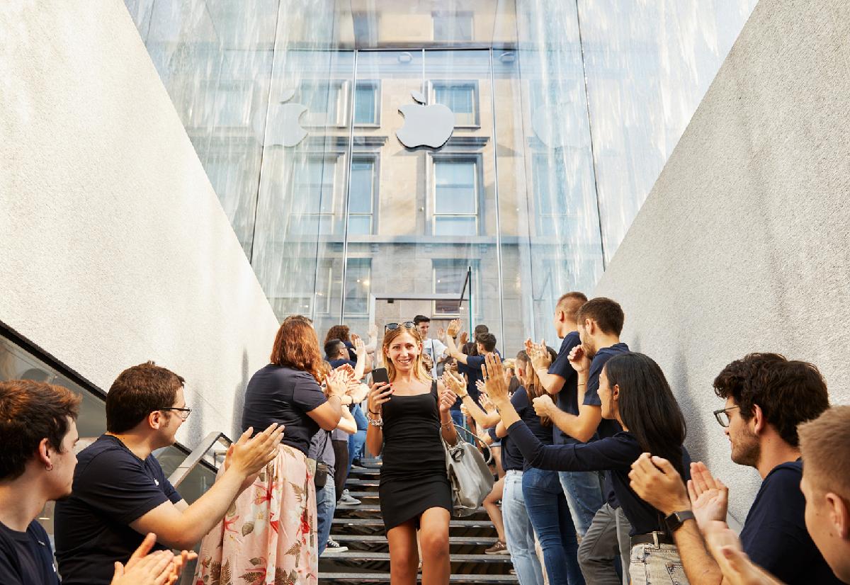 První návštěvníci během otevíracího dne 26. července. Nad nimi zmíněná fontána ve skle