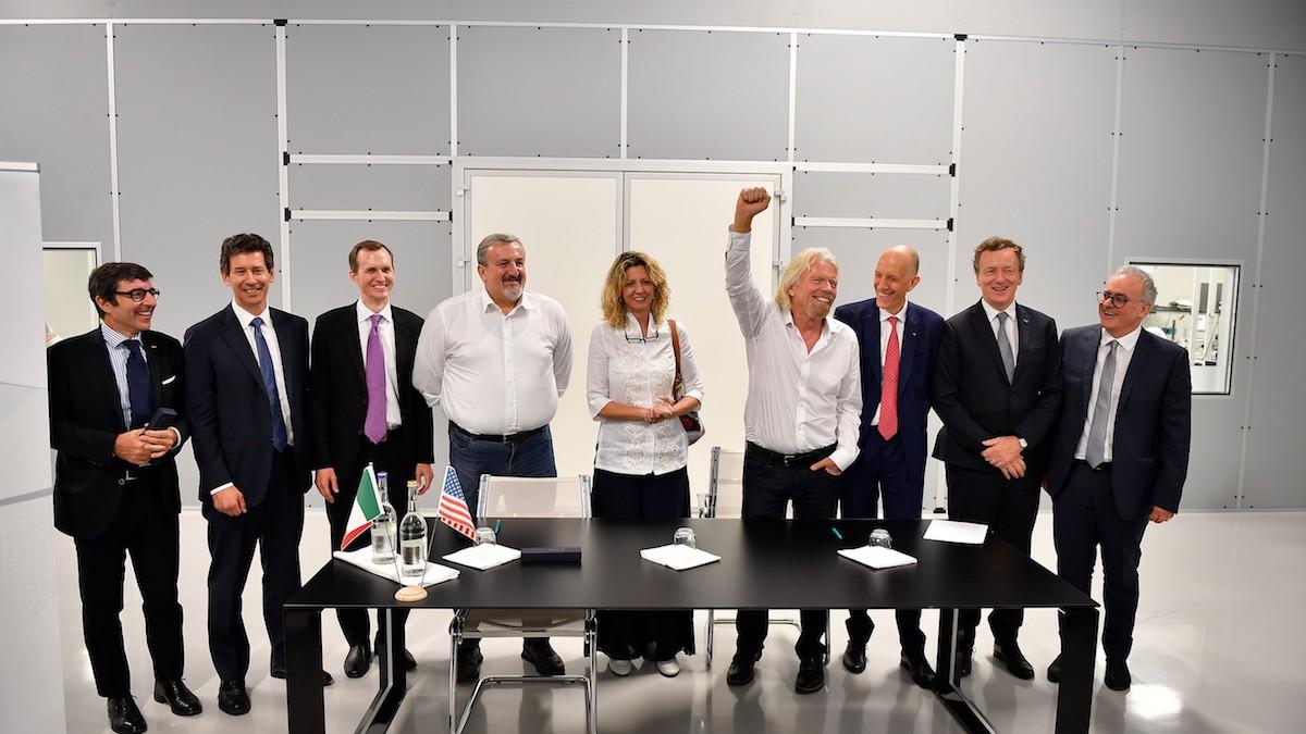 Zakladatel Virgin Group Richard Branson (se vzdviženou pravicí) po uzavření parnerství o výstavbě kosmodromu v Itálii
