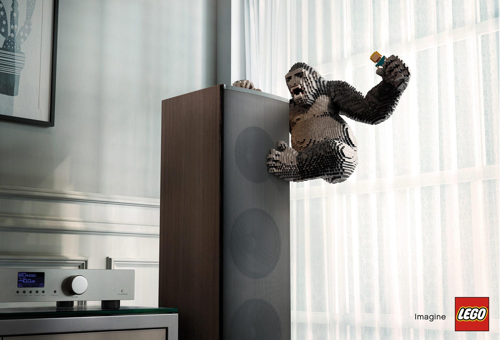 """King Kong symbolizující hlasitost hudby, která vychází z """"mrakodrapového"""" reproduktoru"""