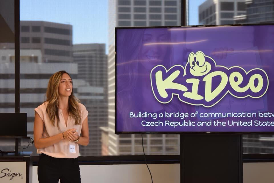 Jedna z amerických lektorek a spoluzakladatelka Kideo, Sarah Lopez