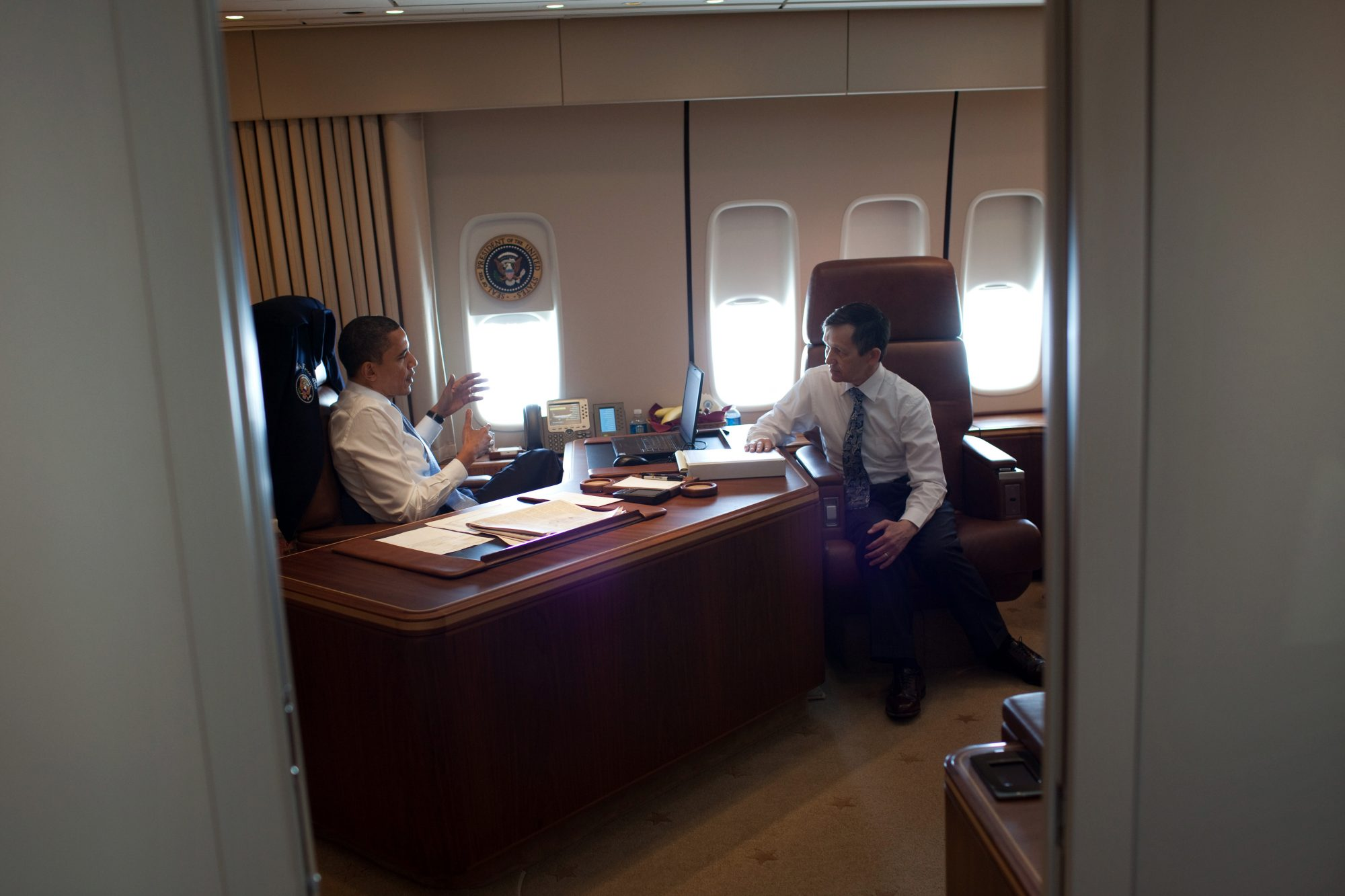 Bývalý americký prezident Barack Obama v pracovně letadla Air Force One