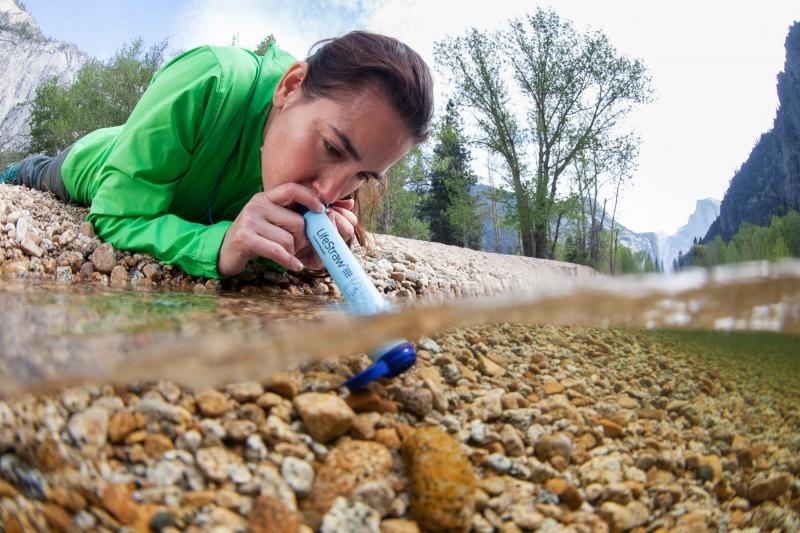 Osobní filtrační brčko LifeStraw pomáhá lidem v místech bez přísunu pitné vody