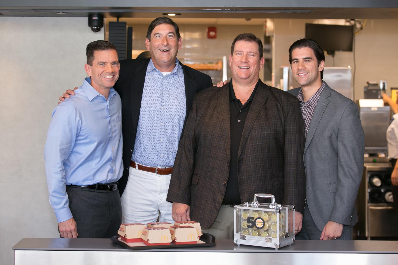 CEO McDonald's Steve Easterbrook s rodinou zesnulého Jima Delligattiho, otce populárního Big Macu. 2. srpna by oslavil 100. narozeniny