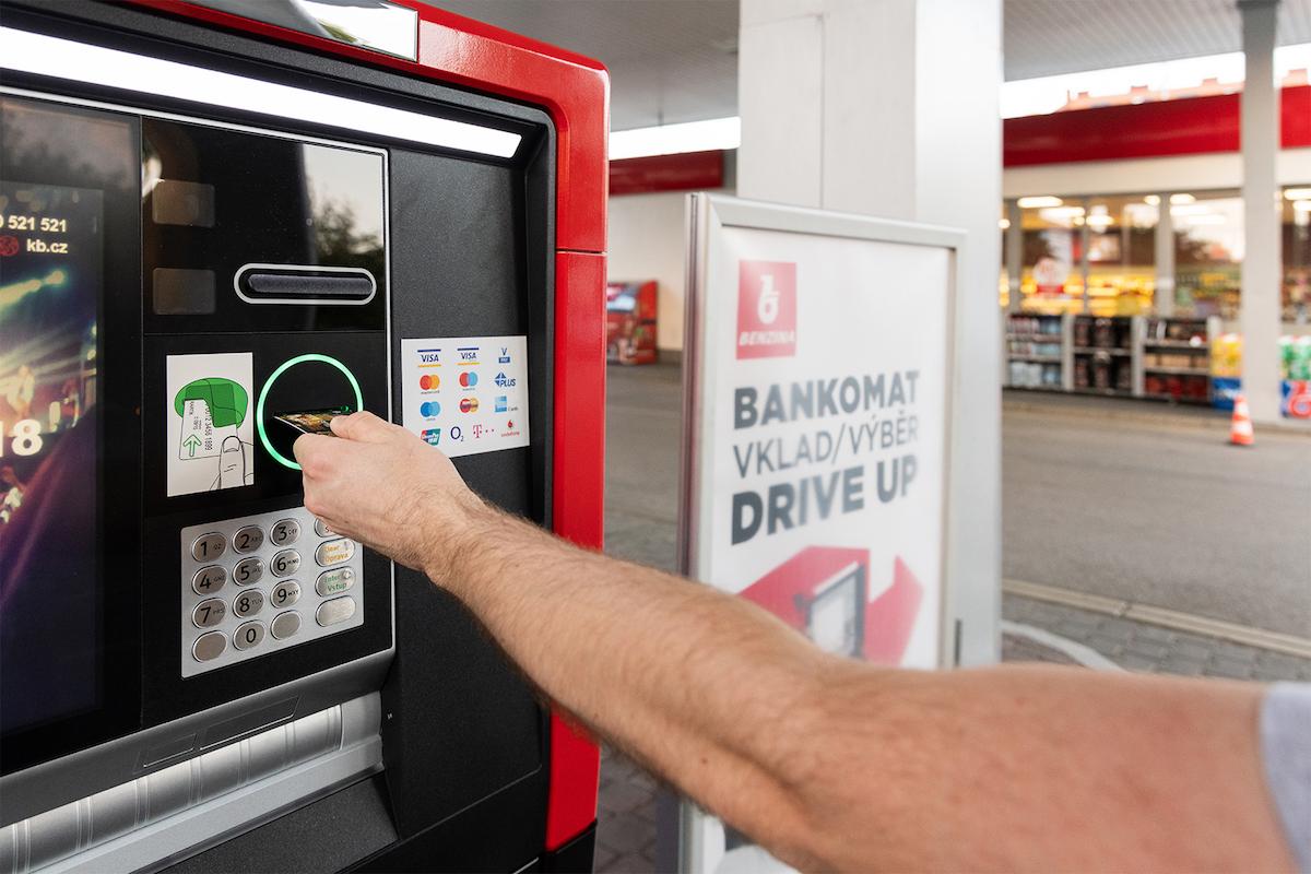 """Na světě má být až 68 800 """"drive"""" bankomatů. Nově by mohla toto číslo navyšovat i Česká republika"""