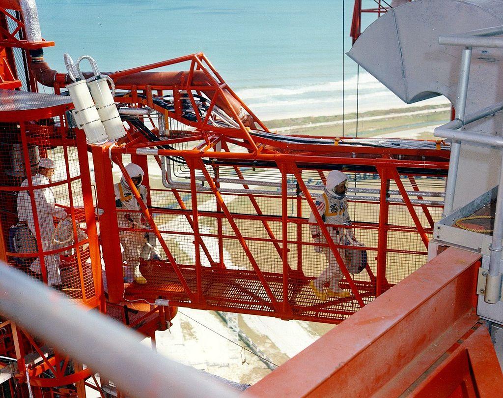 Přístupová rampa při misi Apollo 1 (1967). Jen o pár minut později tříčlenná posádka tragicky uhořela v kabině.