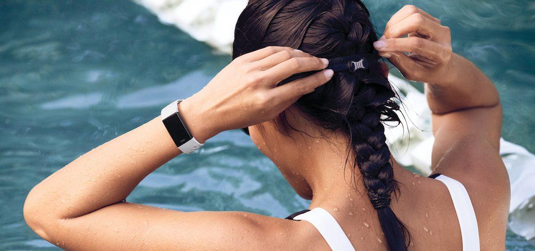 Nový fitness náramek Fitbitu konkuruje chytrým hodinkám. Je voděodolný a vydrží nabitý týden