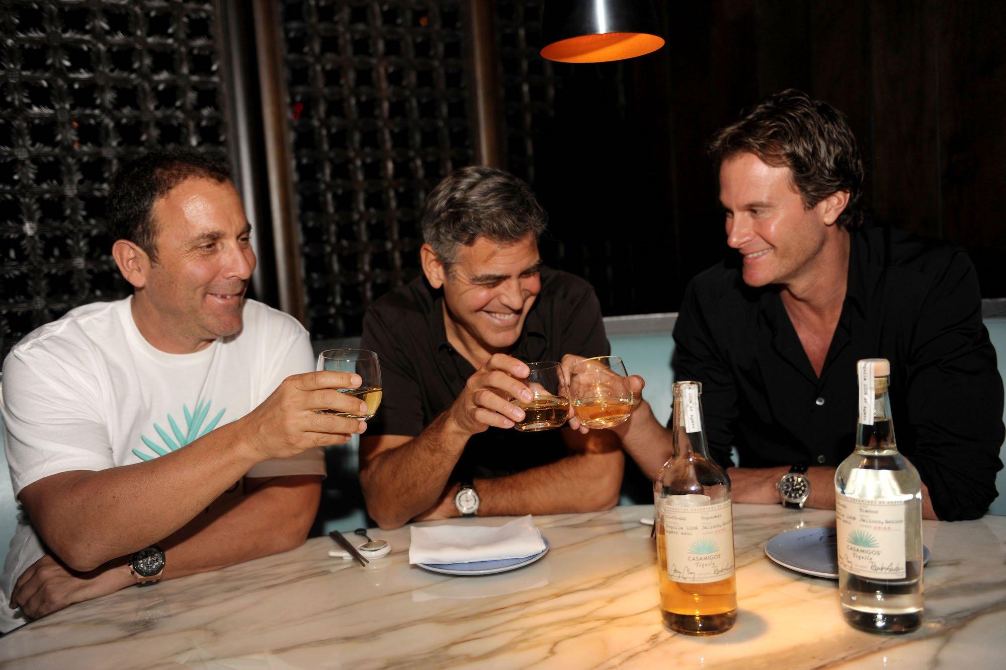 Zakladatelé společnosti Casamigos (zleva: Mike Meldman, George Clooney a Rande Gerber)