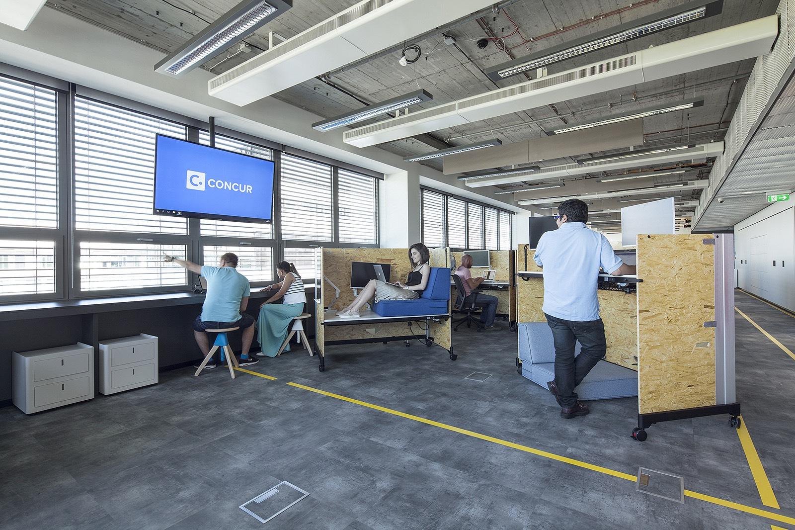 Open-space kanceláře s výškově nastavitelnými stoly