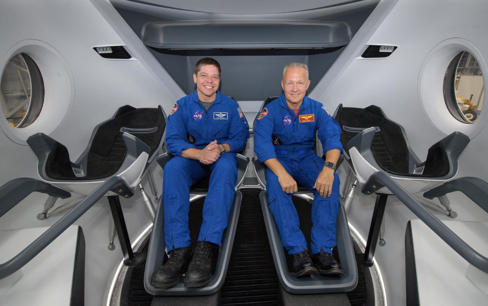Bob Behnken a Dough Hurley uvnitř lodi Crew Dragon