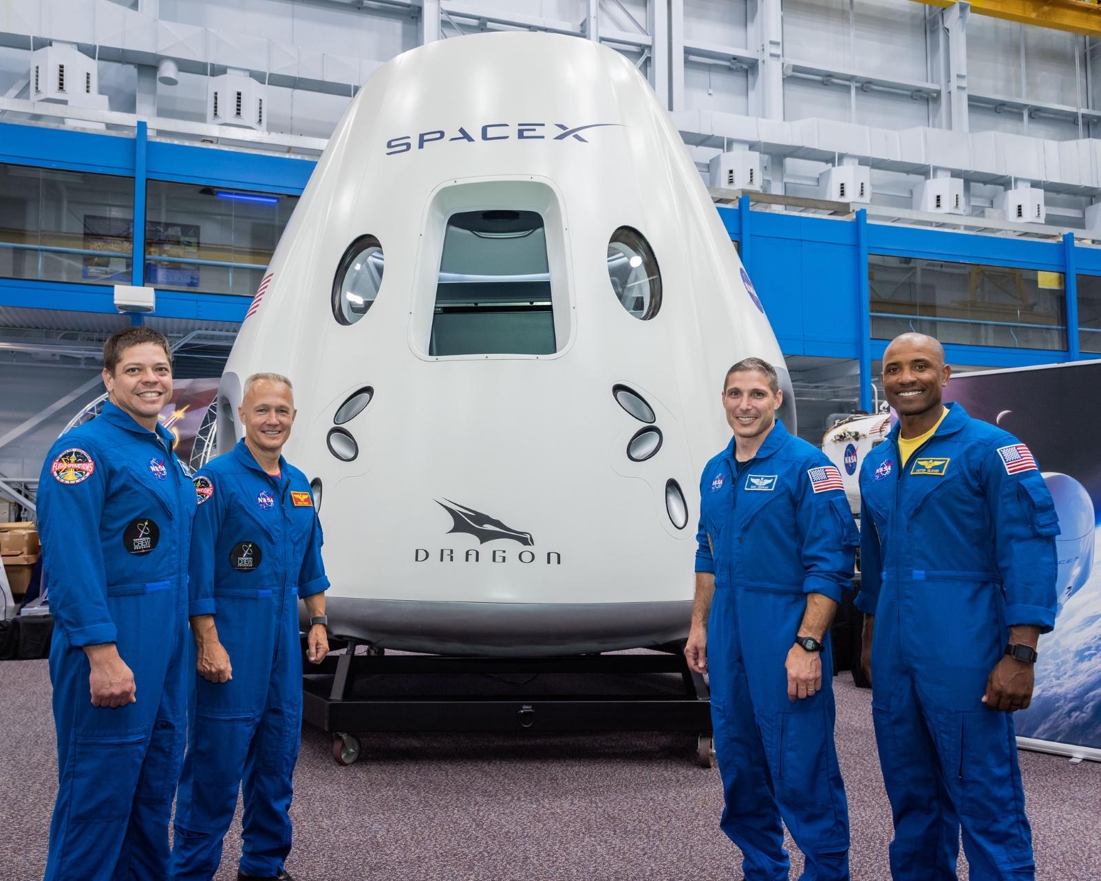 Čtyři astronauti, kteří se  příštích měsících proletí v lodi Crew Dragon