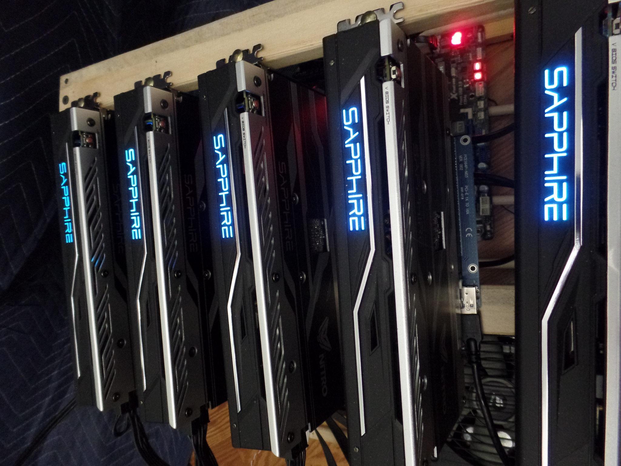 Takzvaný rig z grafických karet, sloužící pro těžbu kryptoměn (například Bitcoin)
