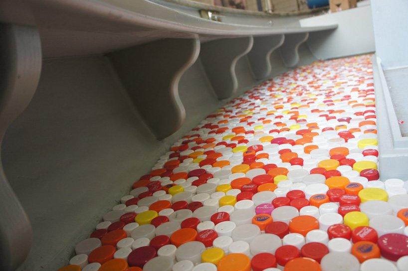 Podlahy lodí Plastic Whale jsou vyrobeny z plastových víček