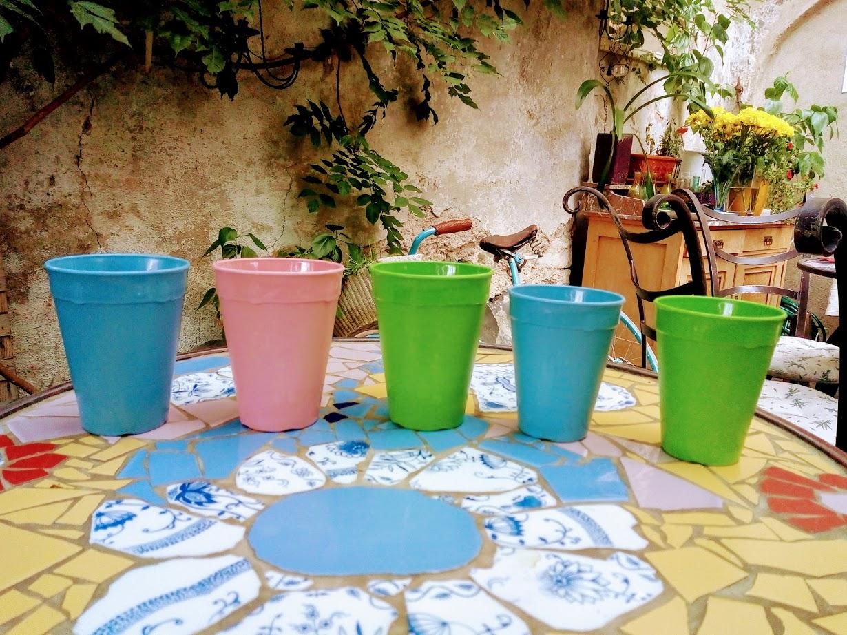 Vratný kelímek můžete vybrat ze tří různých barev a dvou velikostí podle kávové variace