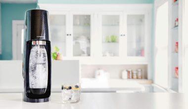 sodastream-fizzi-black-in-kitchen_8fe404b4-486c-48e9-a1b4-46ce18cdef12