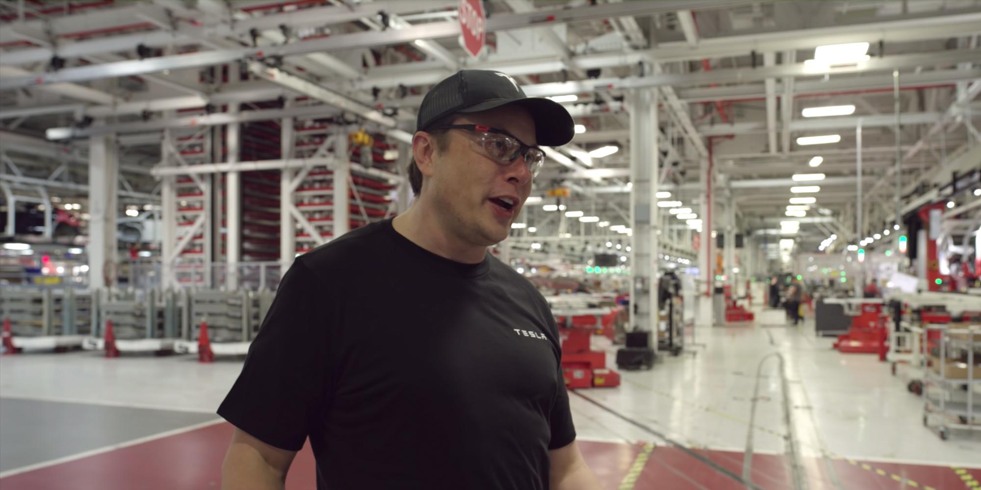 Elon Musk při nedávném rozhovoru z továrny Tesly