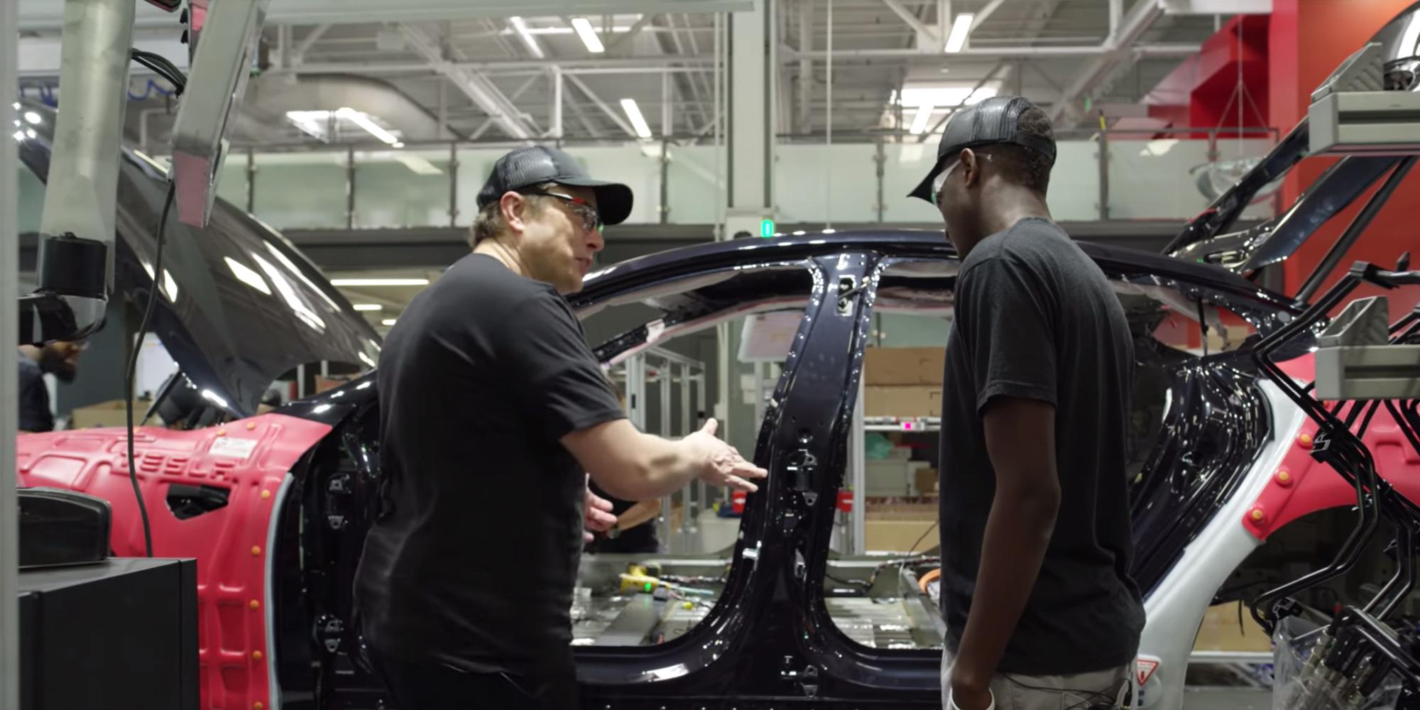 Elon Musk při nedávném rozhovoru s americkým youtuberem  Marquesem Brownleem v továrně Tesly