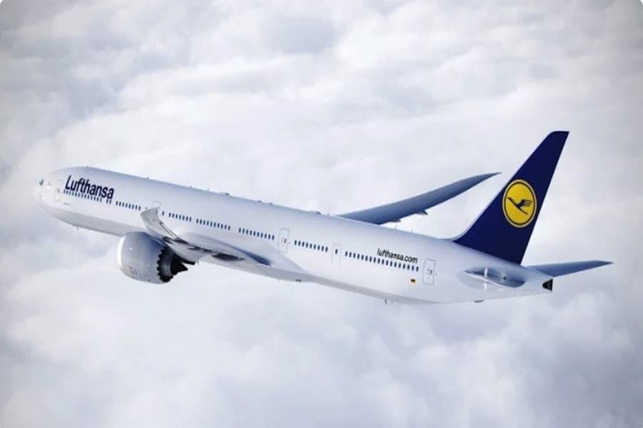 Venkovní pohled na Boeing 777X v barvách Lufthansy