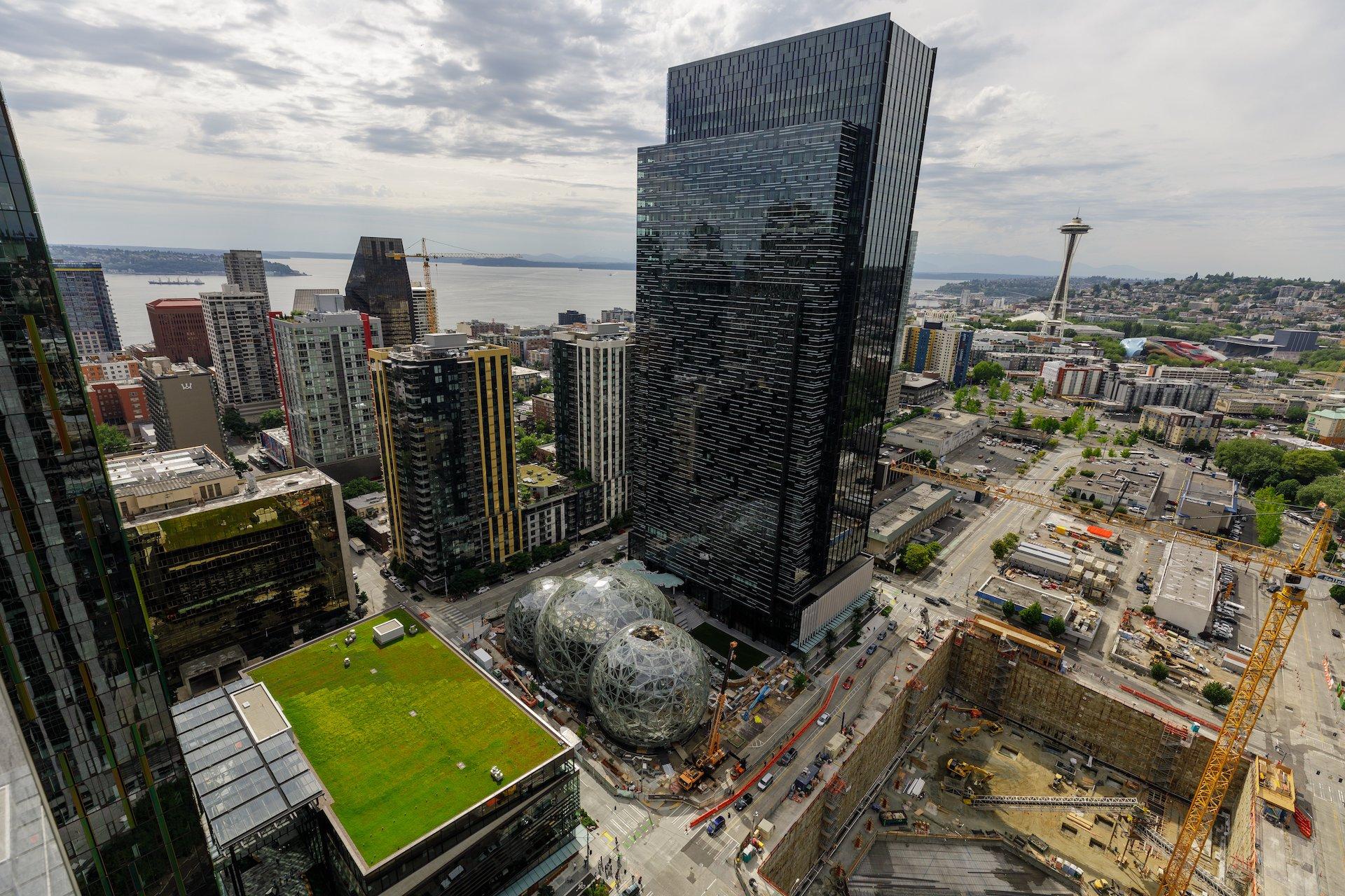 Letecký pohled na kampus Amazonu v Seattlu