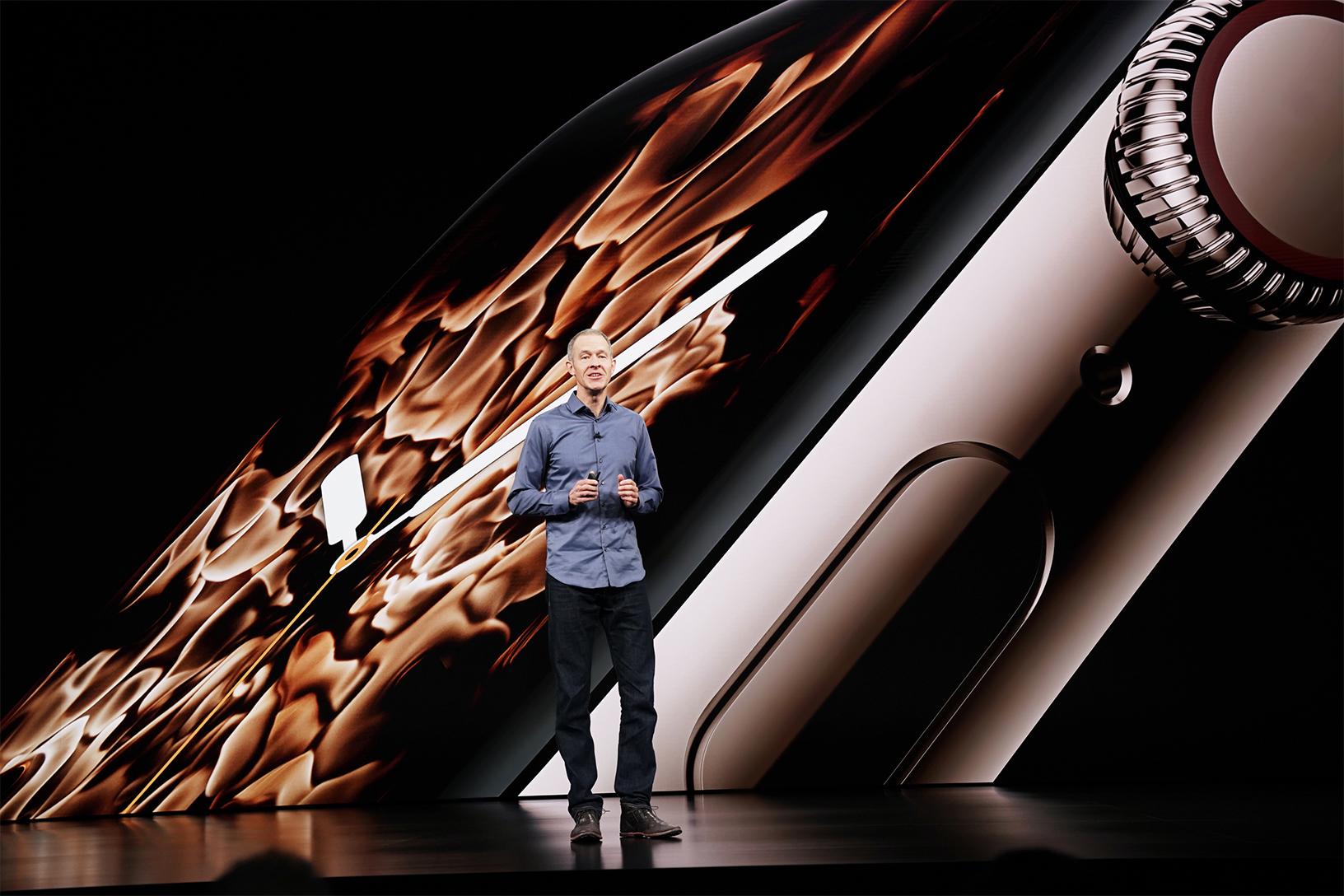 Jeff Williams představuje nové Apple Watch Series 4