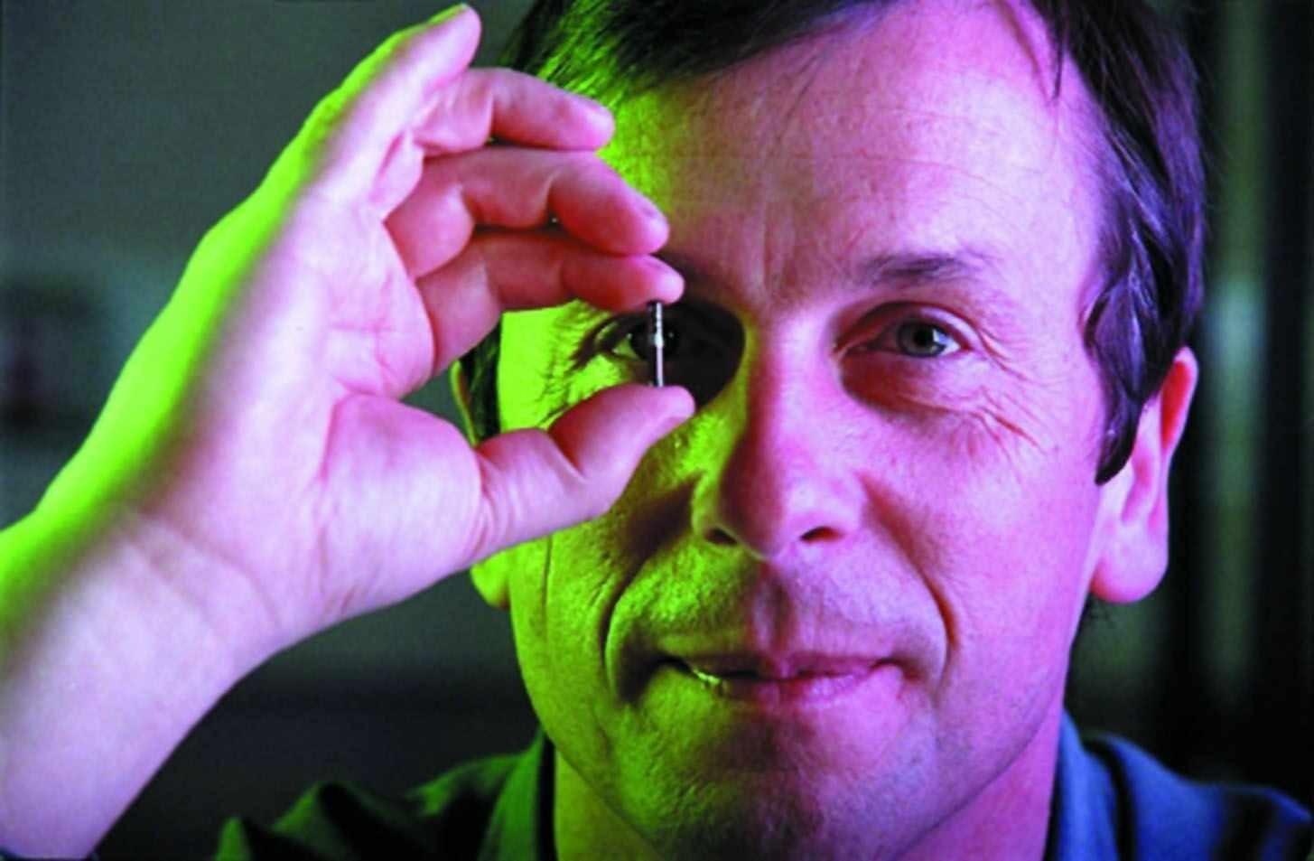 Kevin Warwick s čipem podobným tomu, který měl v paži