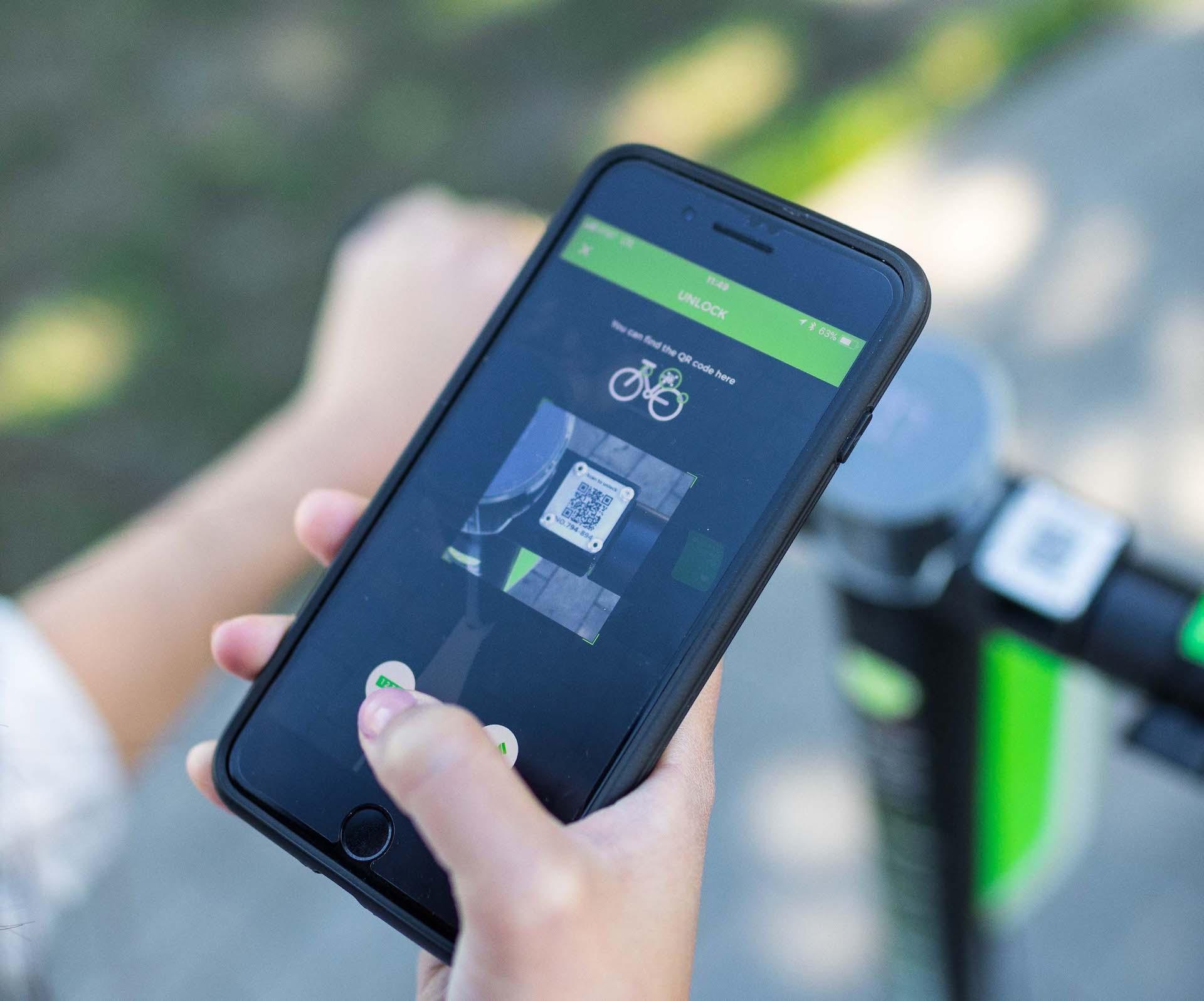 Elektrickou koloběžku Lime snadno odemknete přes mobilní aplikaci