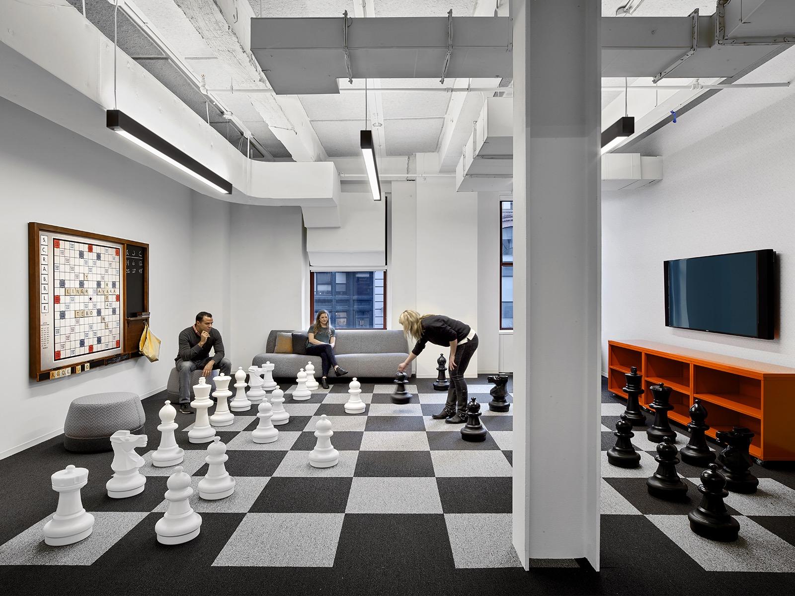 Relaxační místnost se šacovnicí v životní velikosti