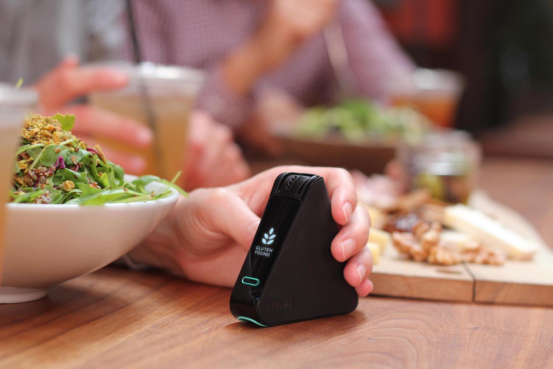 Nima Labs nabízí i designově stejný nástroj pro detekci lepku, takzvaný Gluten Sensor