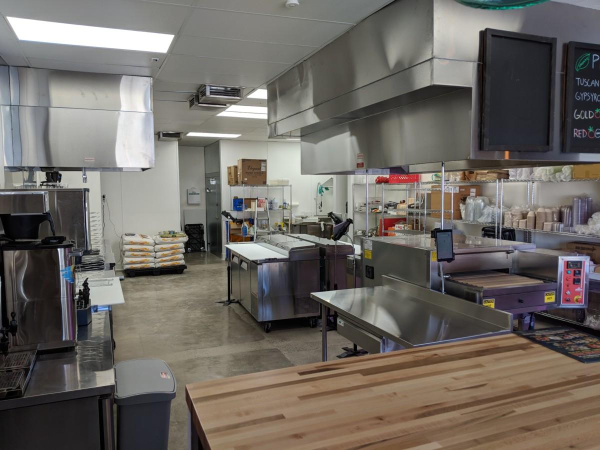 Interiér provozovny s náhledem do kuchyně