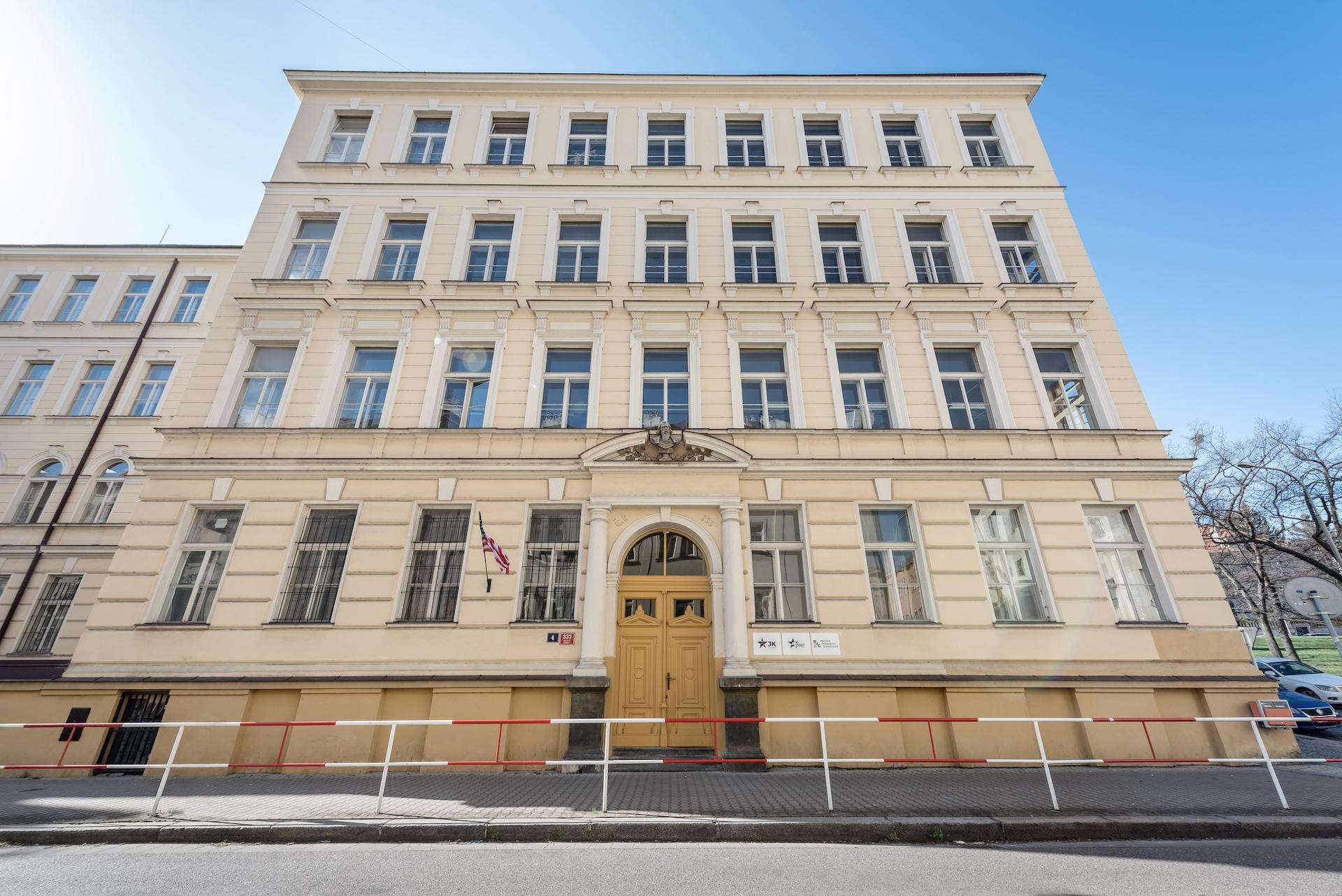 American Academy a Pražské humanitní gymnázium
