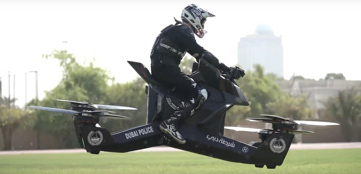 Hoverbike zatím dokáže letět rychlostí okolo 100 km/h se slibovanou dobou letu až 25 minut (na jedno nabití)