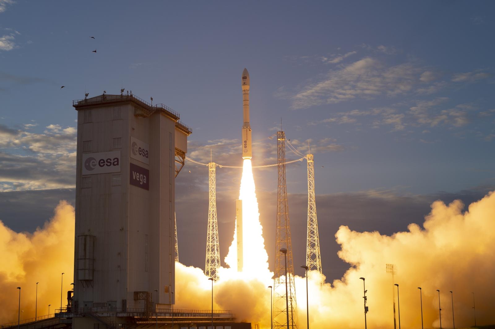 Raketa Vega při startu mise Aeolus