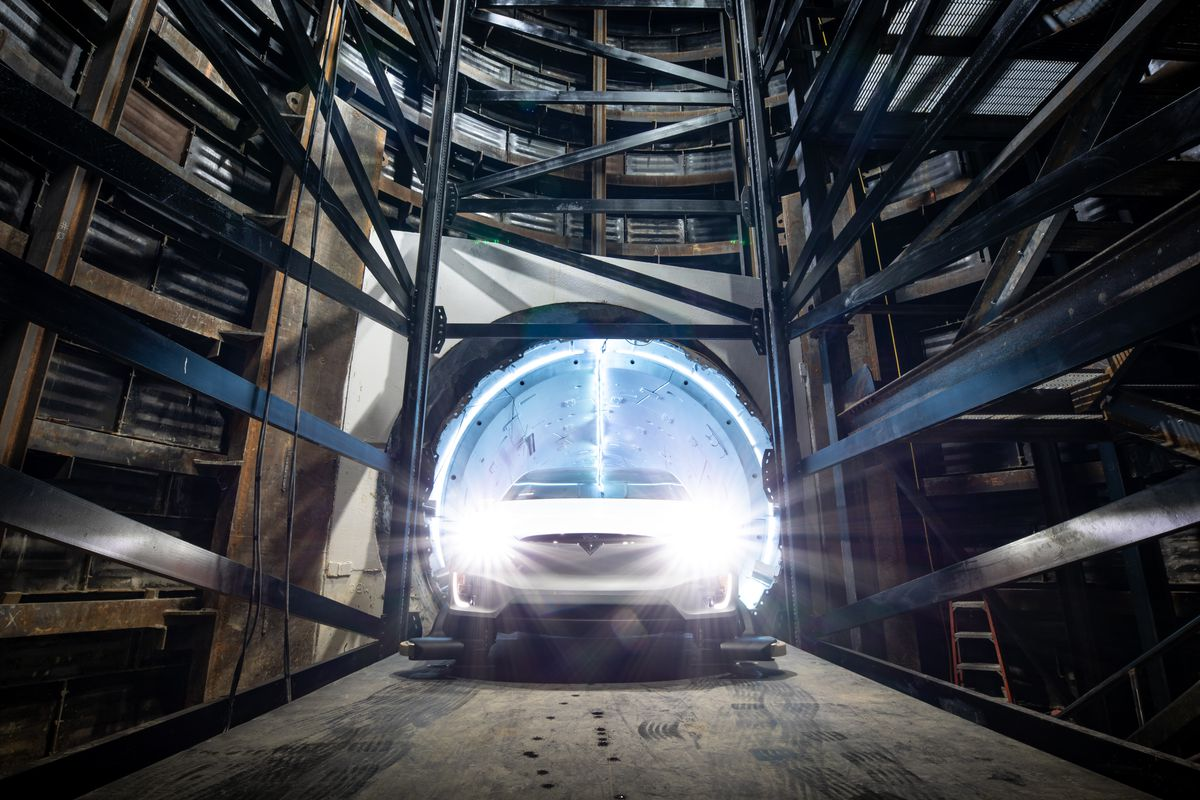 Tesla Model X vyjíždí z přepravního tunelu od The Boring Company
