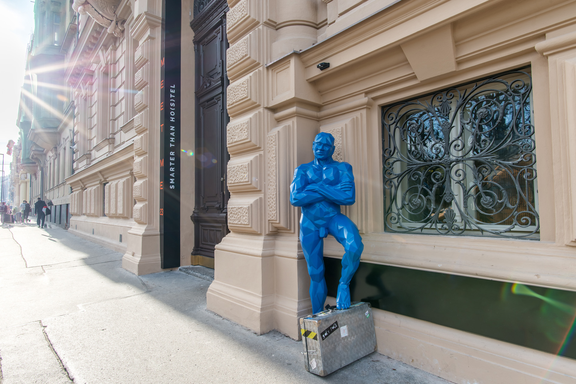 Blueman, všudypřítomný maskot MeetMe 23