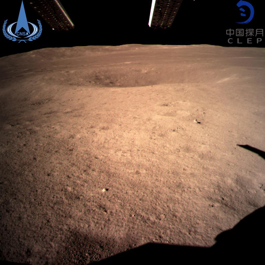 První fotka, kterou sonda Čchang-e 4 poslala z odvrácené strany Měsíce