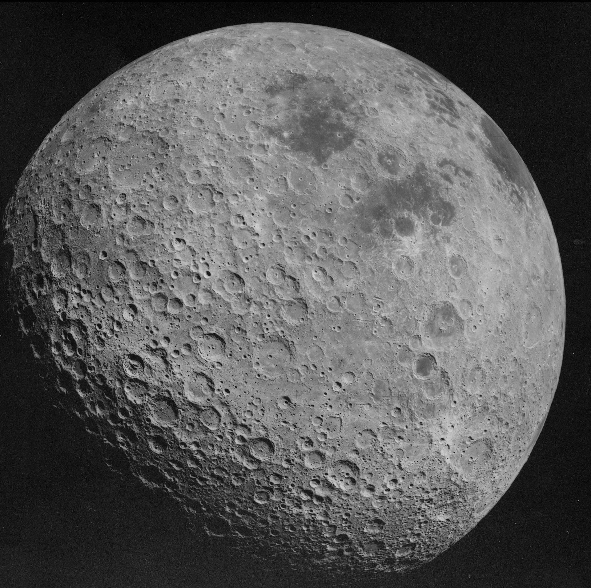Odvrácená strana Měsíce vyfotografovaná během mise Apollo 16 v roce 1972
