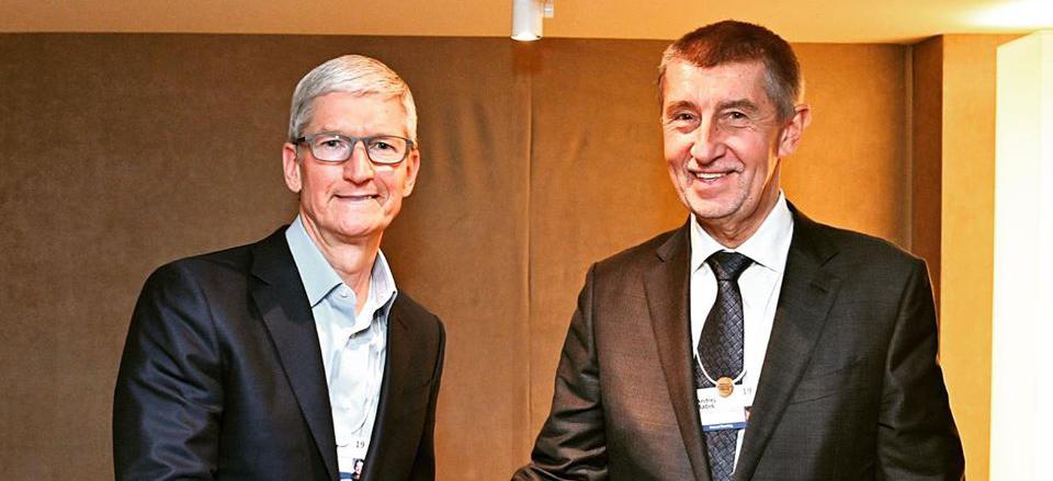 Tim Cook se sešel v Davosu s Andrejem Babišem. Českému premiérovi měl slíbit Apple Store v Praze