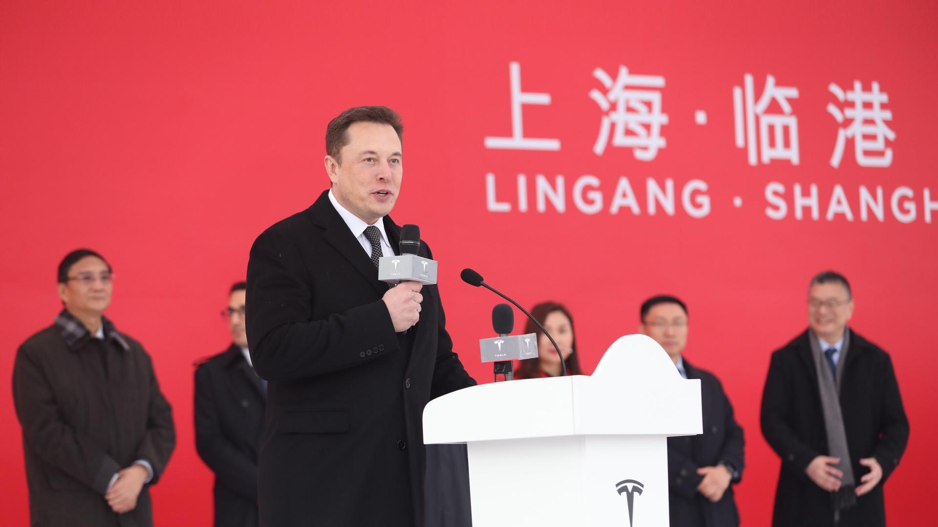 Elon Musk při zahájení stavby nové továrny v Číně