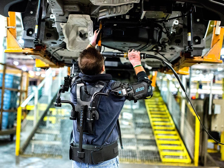 Ford využívá EksoVest pro práci nad hlavou