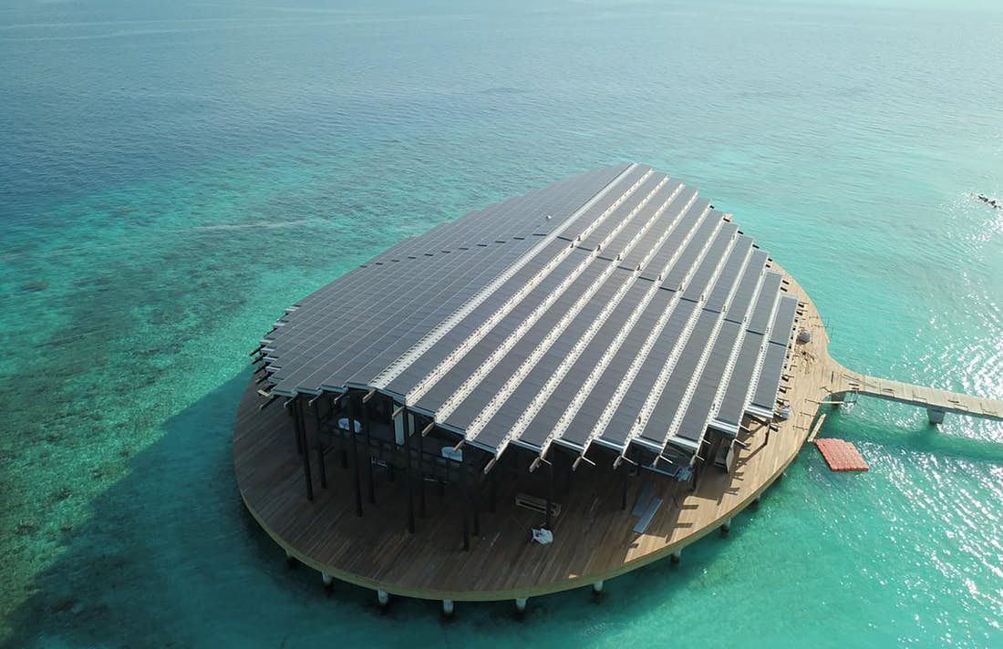 Celá střecha hlavní budovy je pokrytá fotovoltaickými články