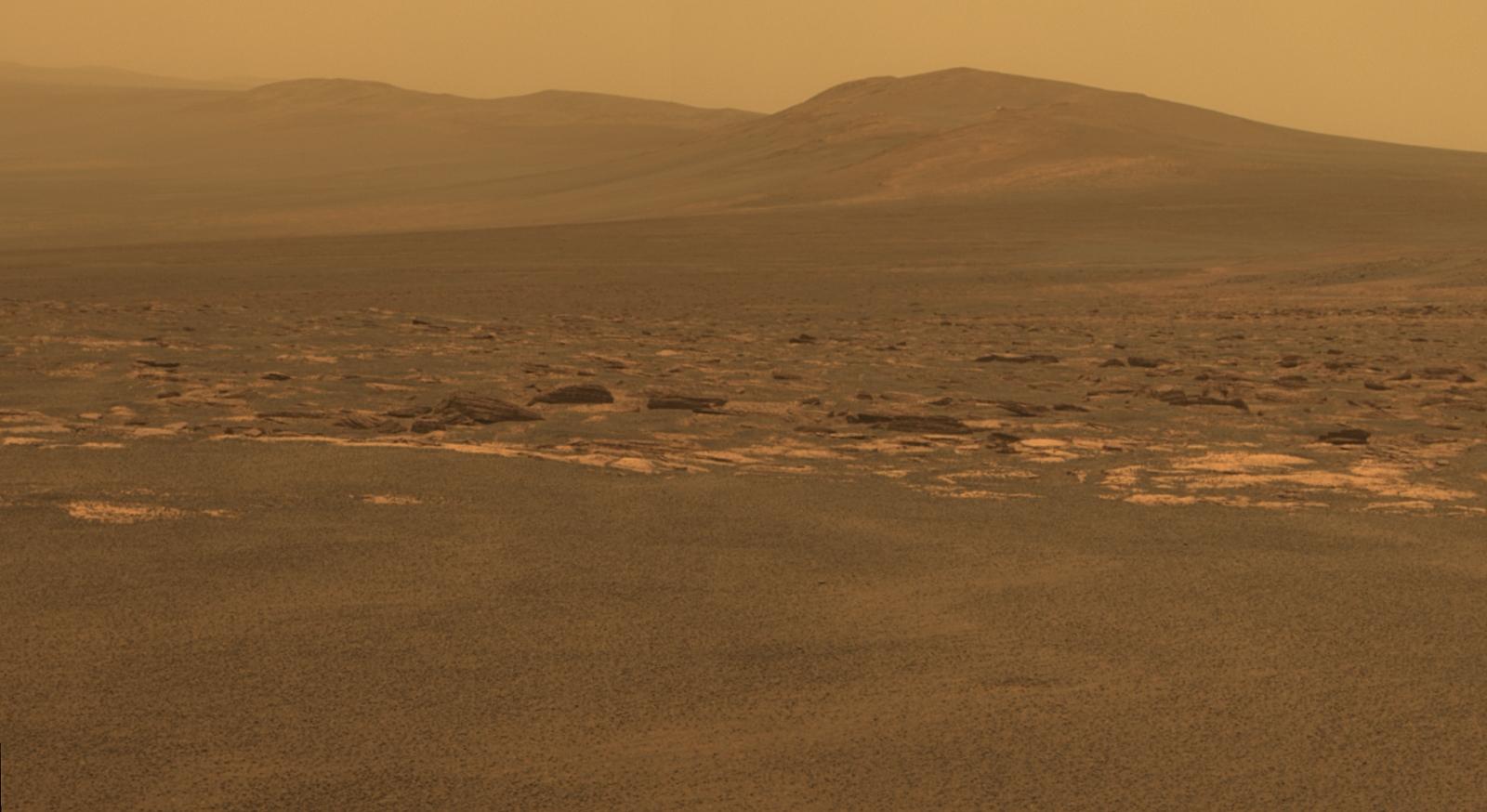 Okraj obřího kráteru Endeavour, jak ho zachytila Opportunity