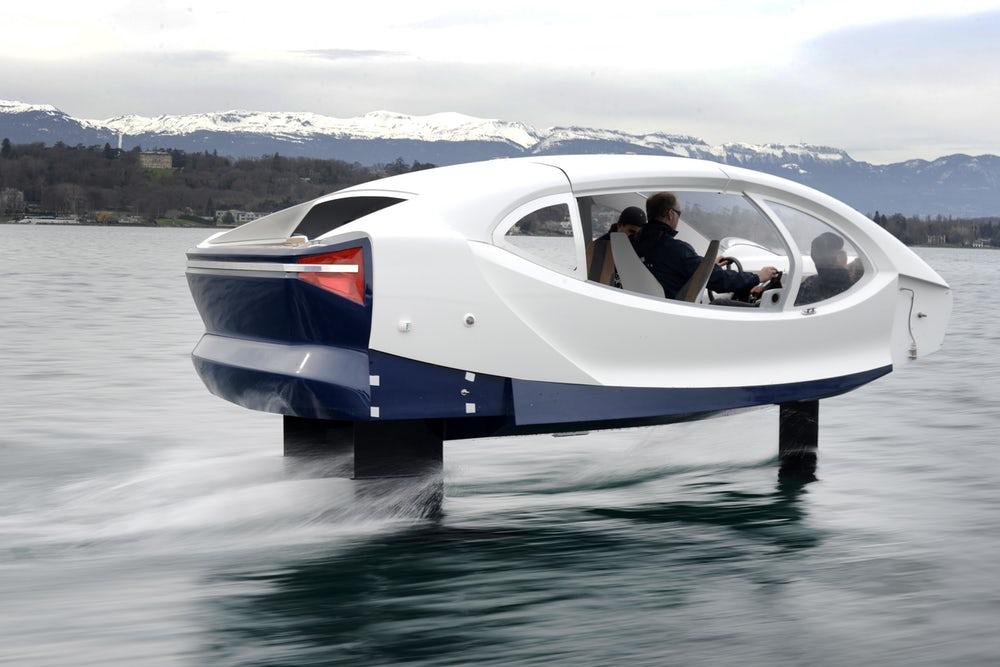 Kabina nabízí místo pro pilota a čtyři cestující