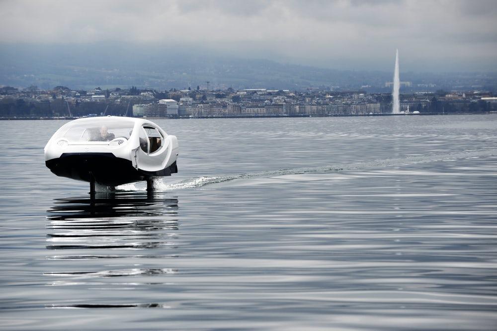 Nad vodou se Bubble Taxi vznáší až 40 centrimetrů