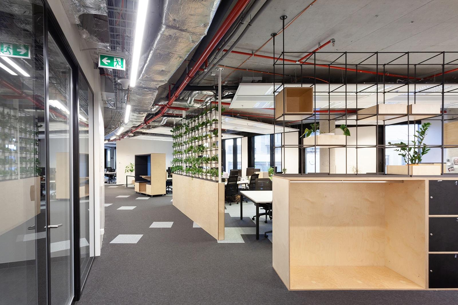 Open space kanceláře se zelenými stěnami
