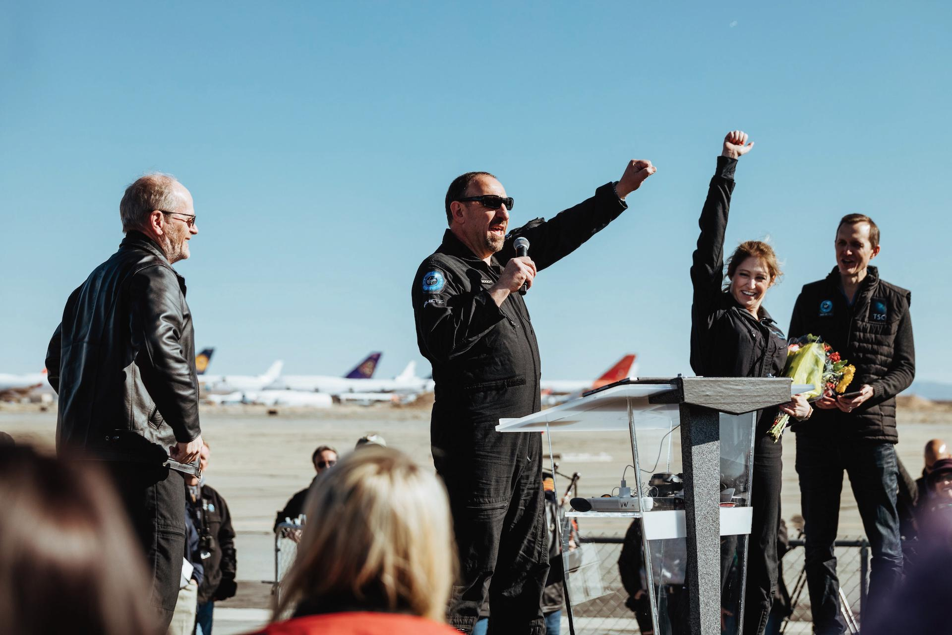 Piloti Dave Mackay a Michael Masucci a trenérka astronautů Beth Mosesová