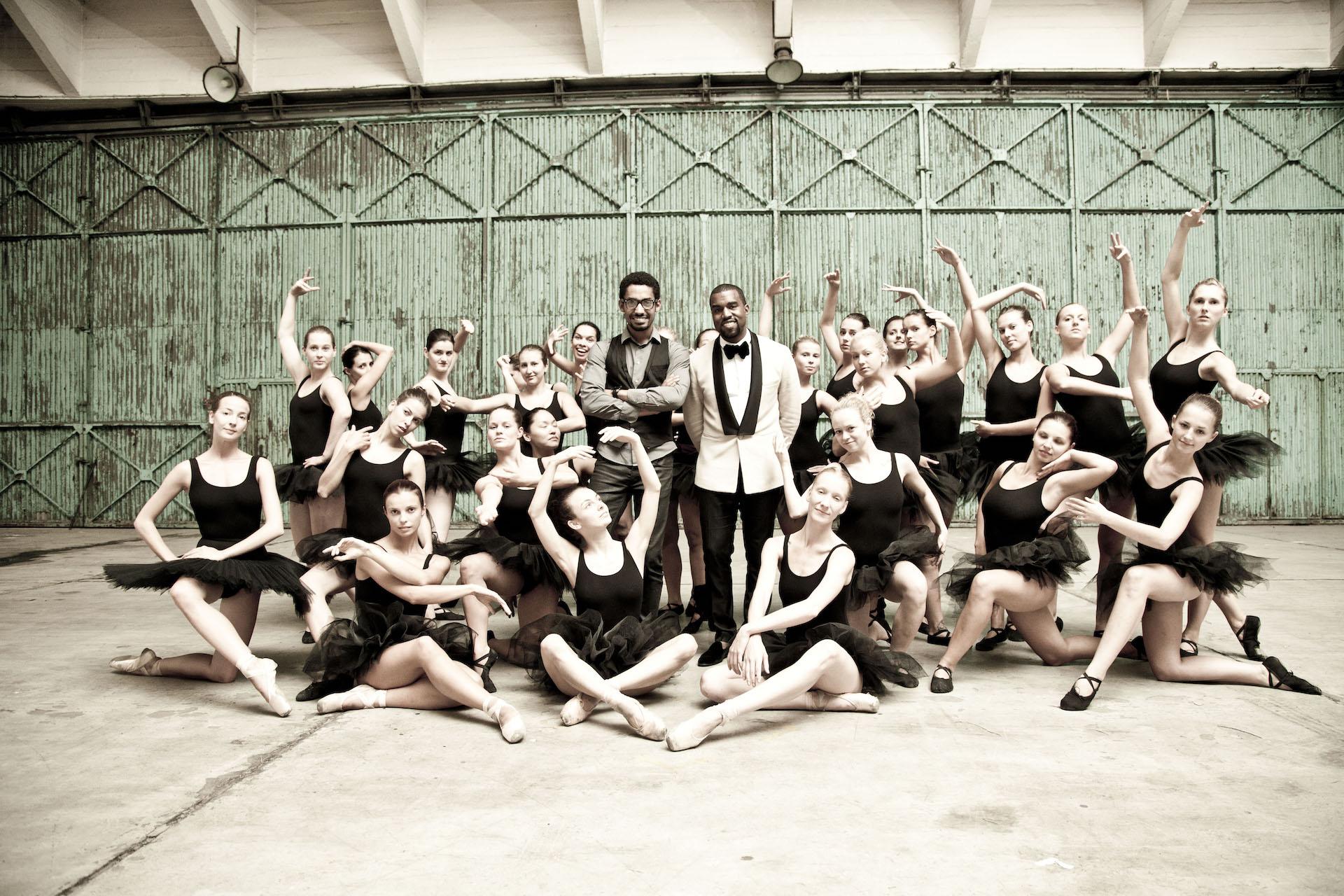 Yemi a Kanye West v obležení tanečnic při natáčení filmu Runaway v Praze