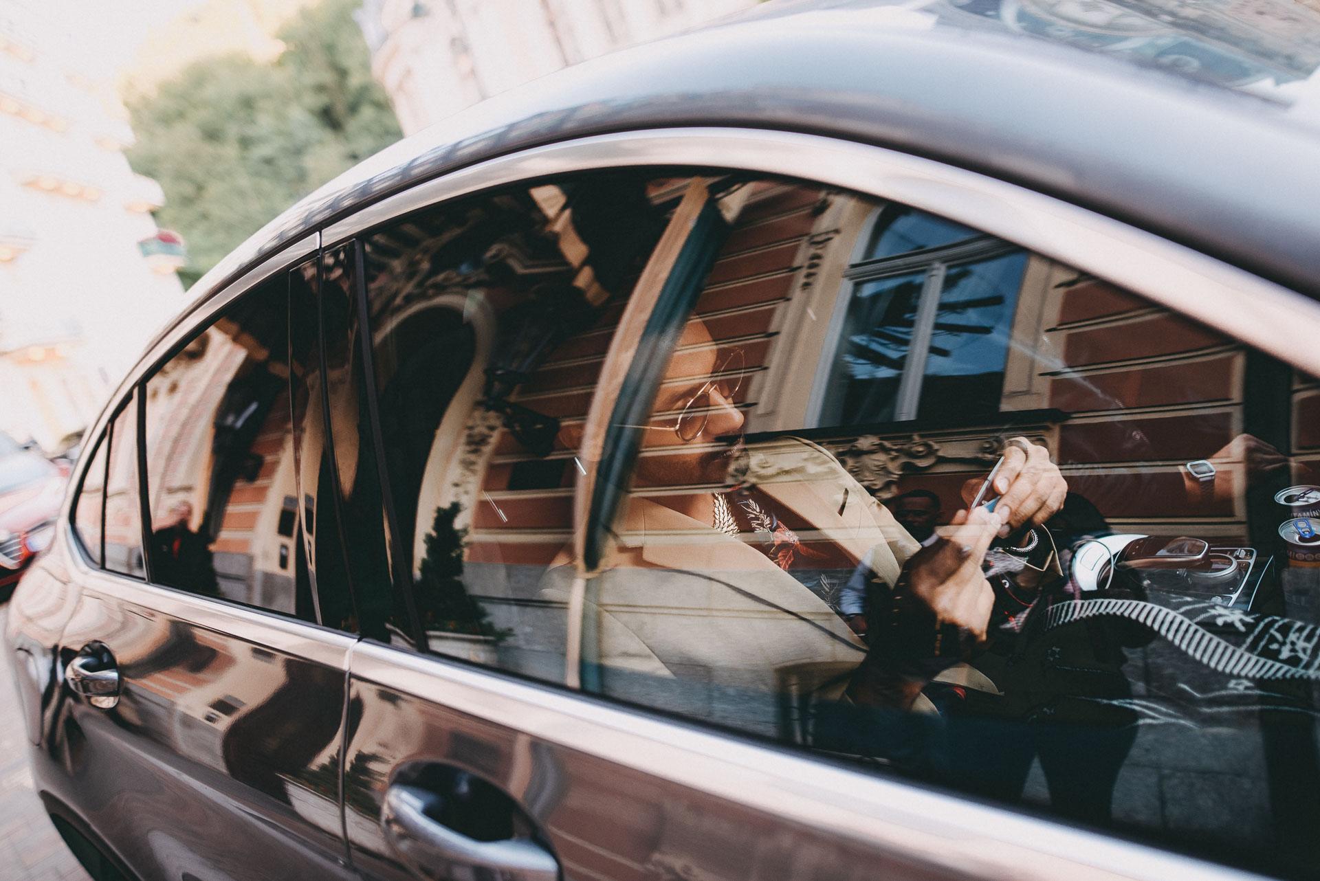 Yemi ve svém Mercedes-Benz GLC při cestě na Mezinárodní filmový festival Karlovy Vary