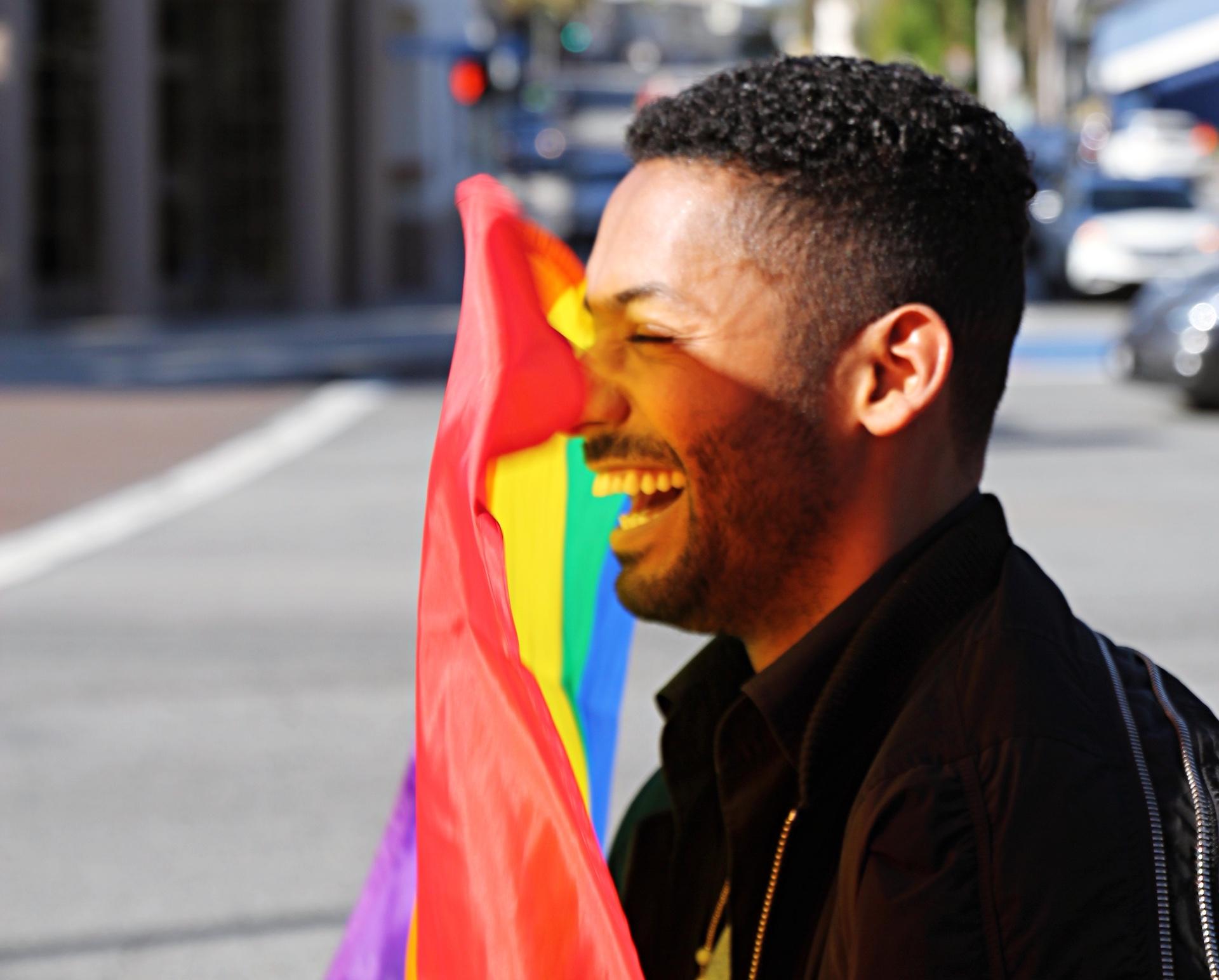 Yemi během focení, které se odehrálo na Hollywood bulváru v rámci kampaně na podporu LGBTQ komunity