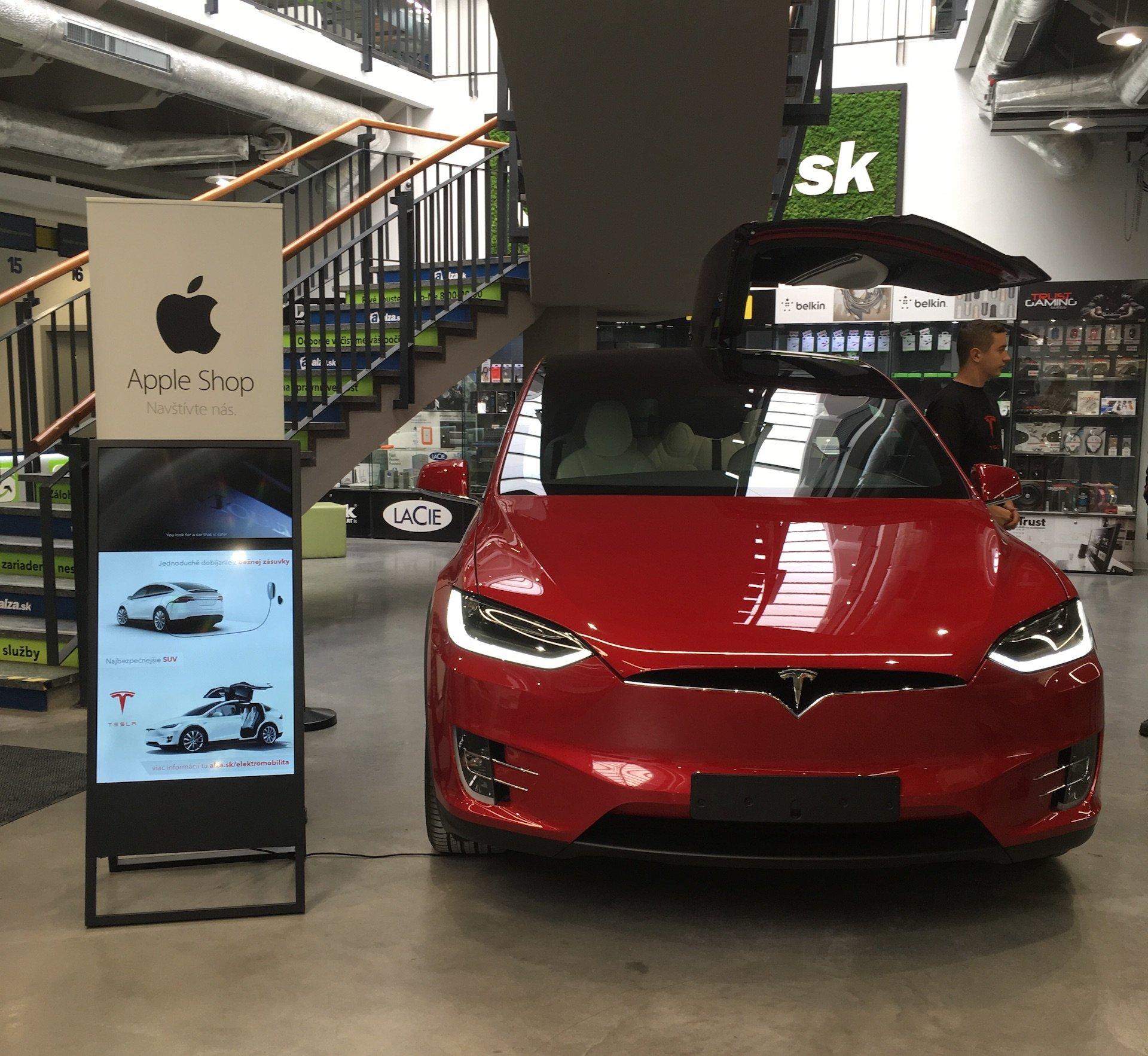 Alza prodávala i Tesla Model X