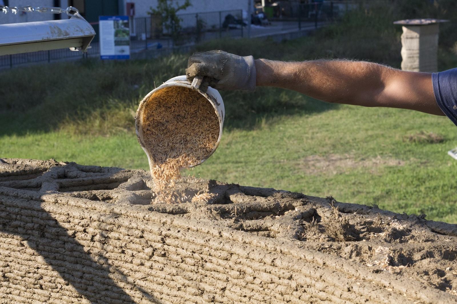 Zdi vyplňují odpadní materiály z produkce rýže