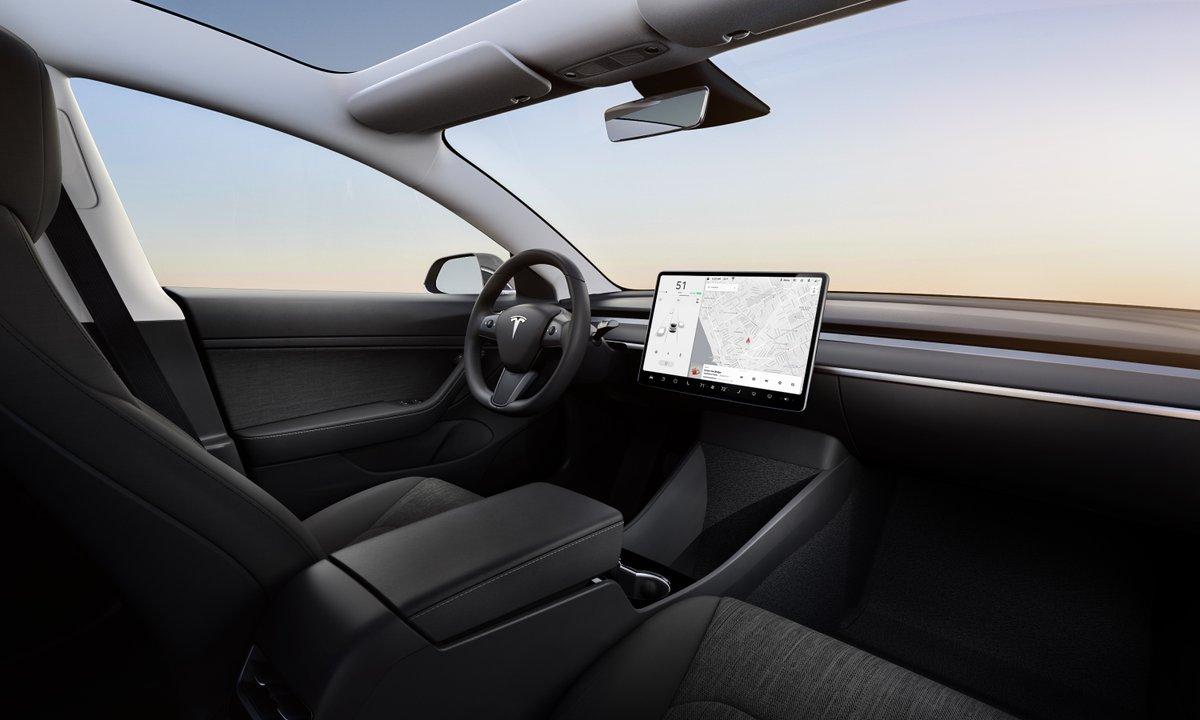 Interiér nejlevnější verze Modelu 3 s látkovými sedačkami
